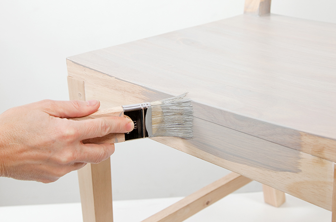 Appliquer une peinture à effet sur une chaise