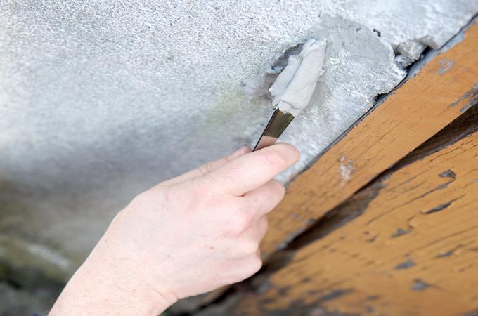Réparer une porte et un mur extérieur fissuré