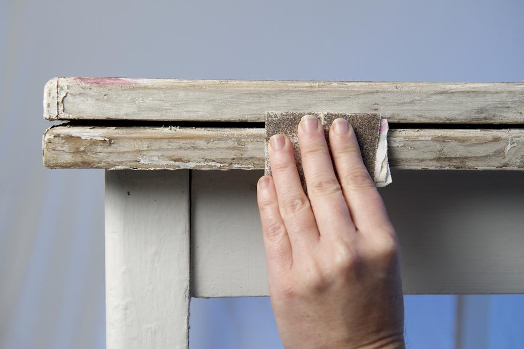 Relooker une table avec des jeux de teintes boisées