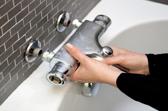Fixer le robinet d une baignoire sur un mur