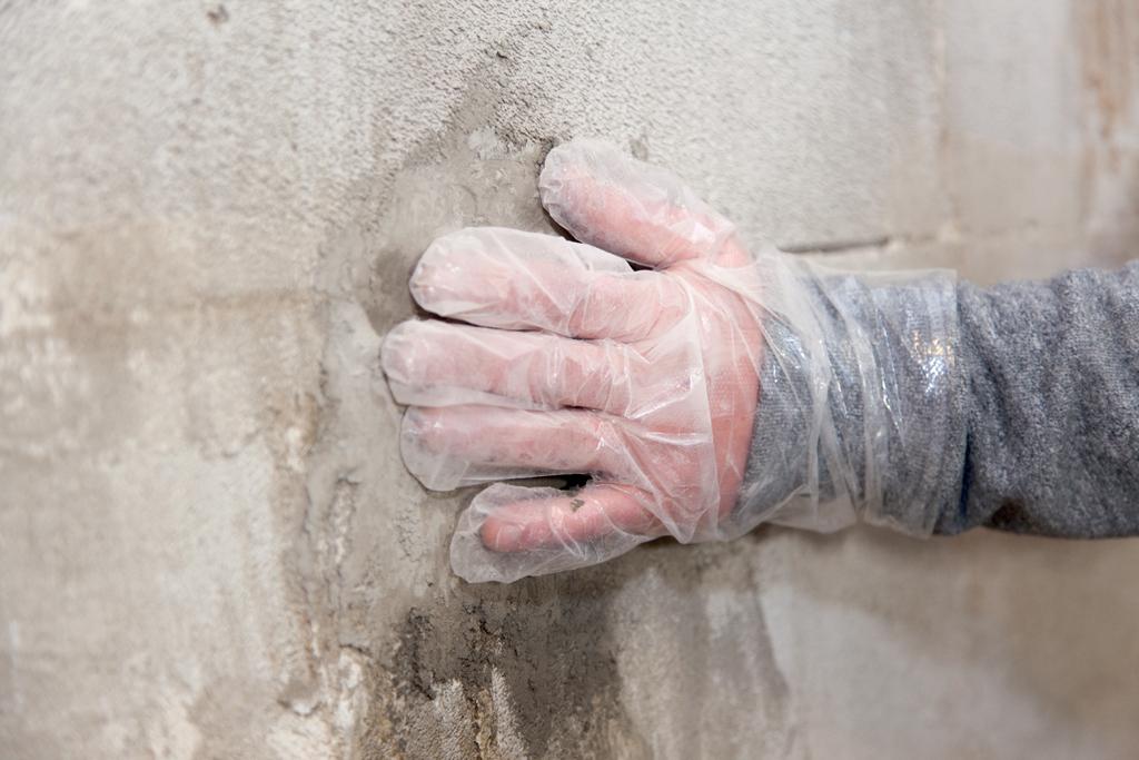 Étancher une fuite d'eau dans un mur