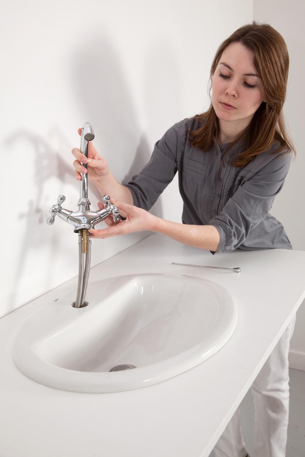 Remplacer un robinet m langeur par un mitigeur diy family - Comment remplacer un robinet de lavabo ...