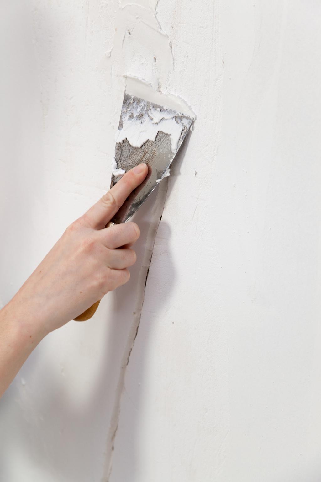 Reboucher des fissures dans un mur