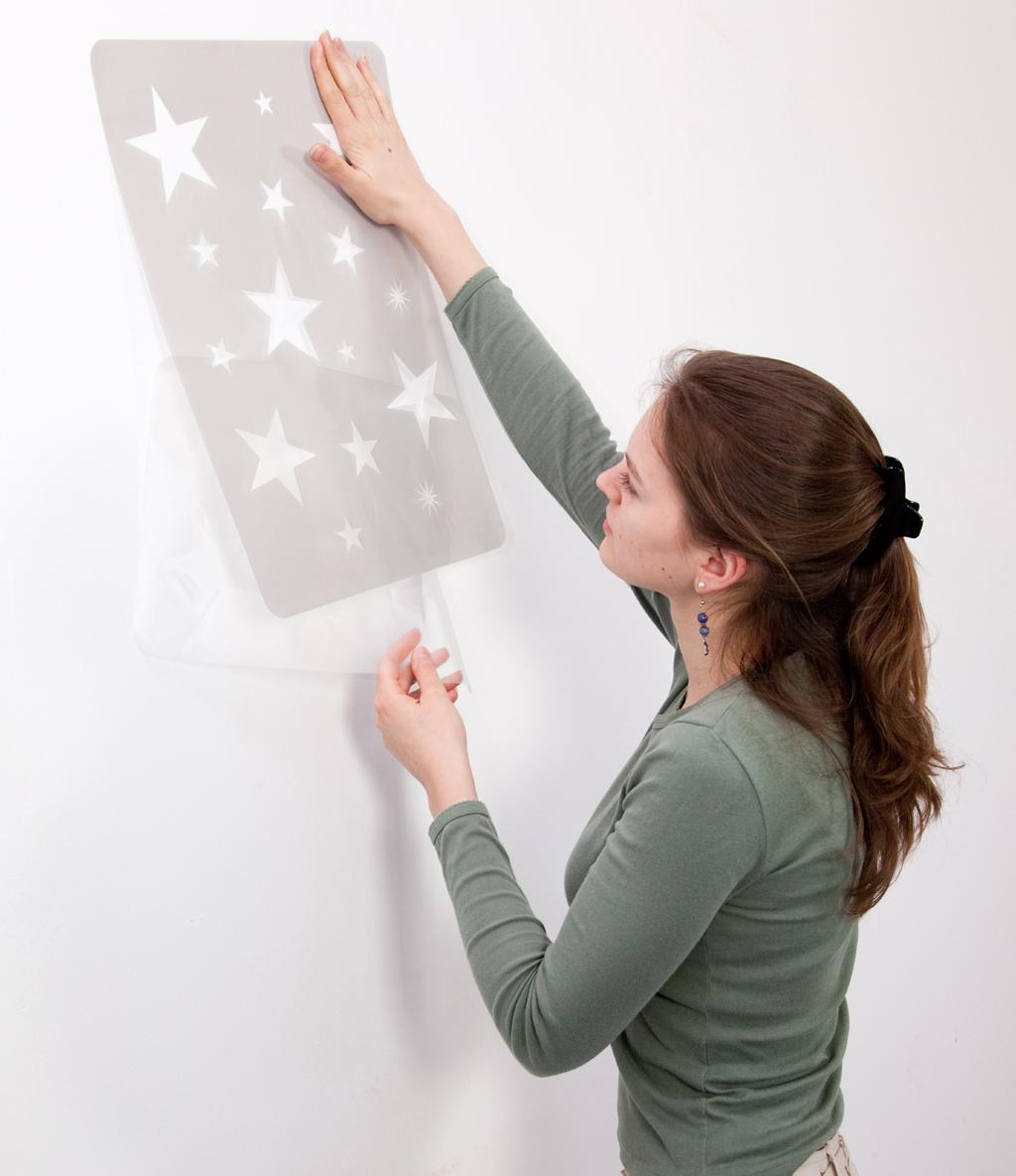 Peindre un motif sur un mur au pochoir