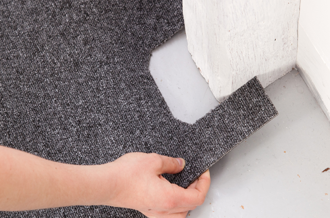 Poser une moquette en dalles