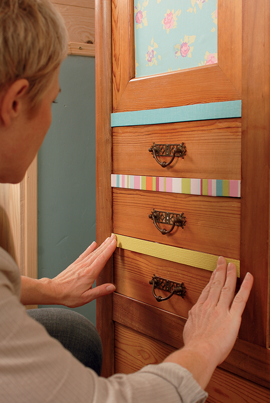 relooker une vieille armoire avec du papier peint diy family. Black Bedroom Furniture Sets. Home Design Ideas