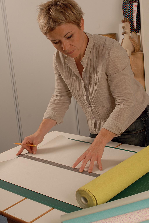 relooker une vieille armoire avec du papier peint diy family. Black Bedroom Furniture Sets. Home Design Ideas
