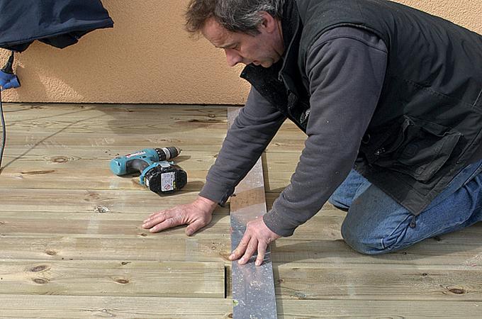 Comment mettre en place les lames d'une terrasse en bois ?