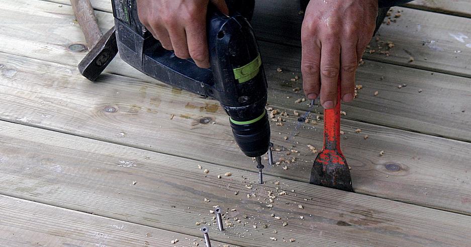 Visser les lames d'une terrasse en bois :