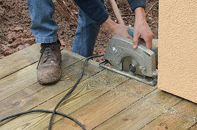 Egaliser les bordures d'une terrasse en bois