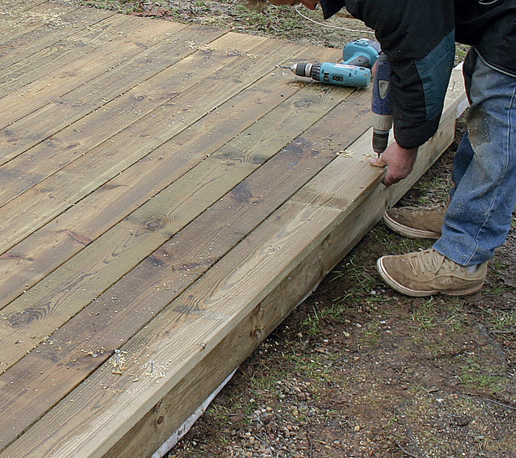 Poser les plinthes de finition d 39 une terrasse en bois for Recouvrir une terrasse carrelee