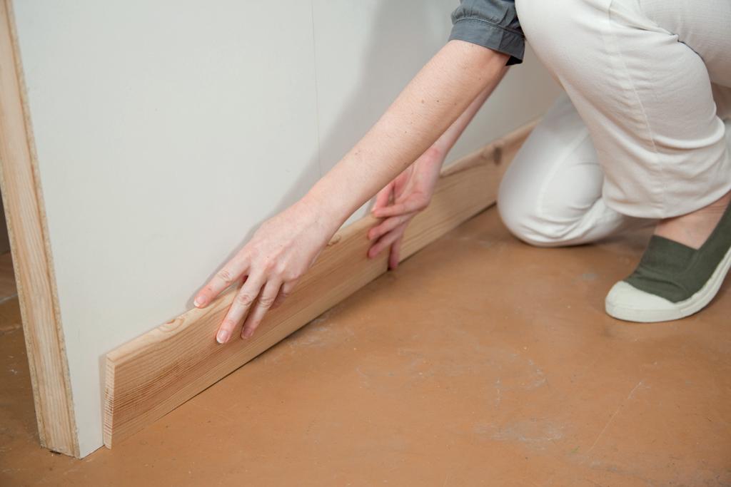 Poser des plinthes sur un parquet
