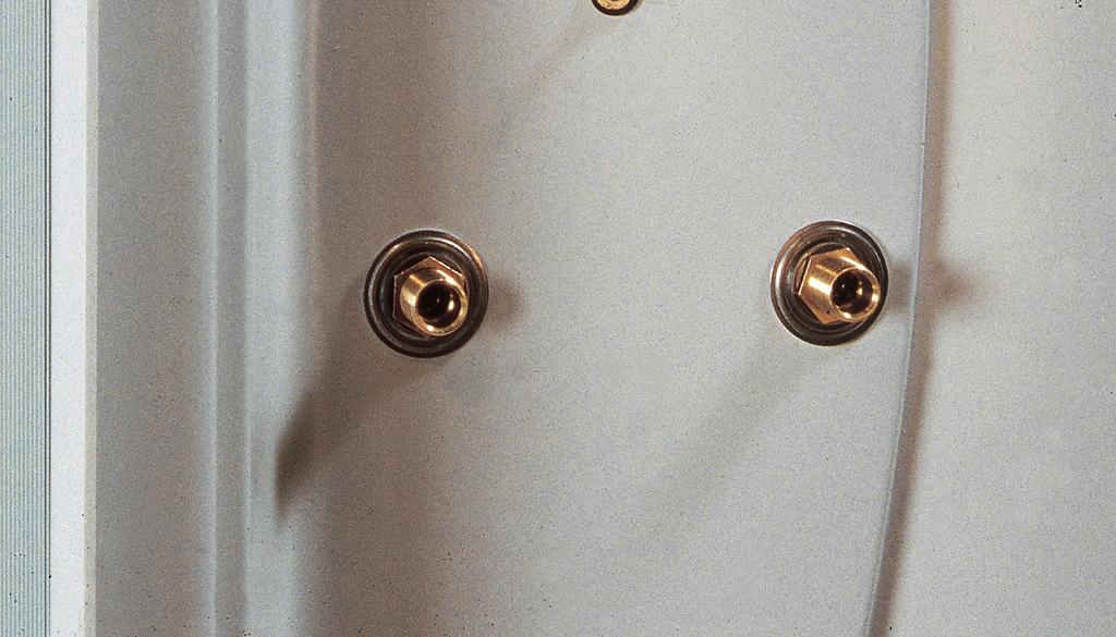 Fixer la robinetterie d'une douche intégrée