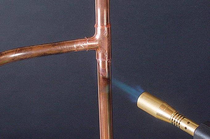 Assembler des tubes en cuivre par brasure