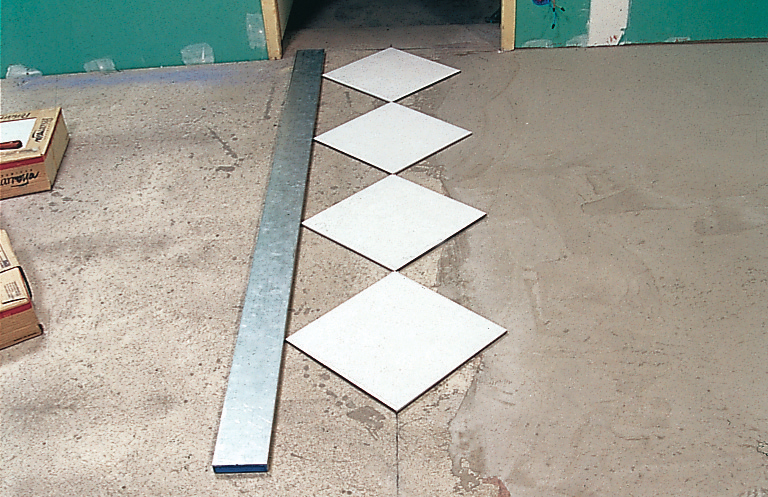 Carrelage comment faire une pose en diagonale diy family for Pose du carrelage en diagonale