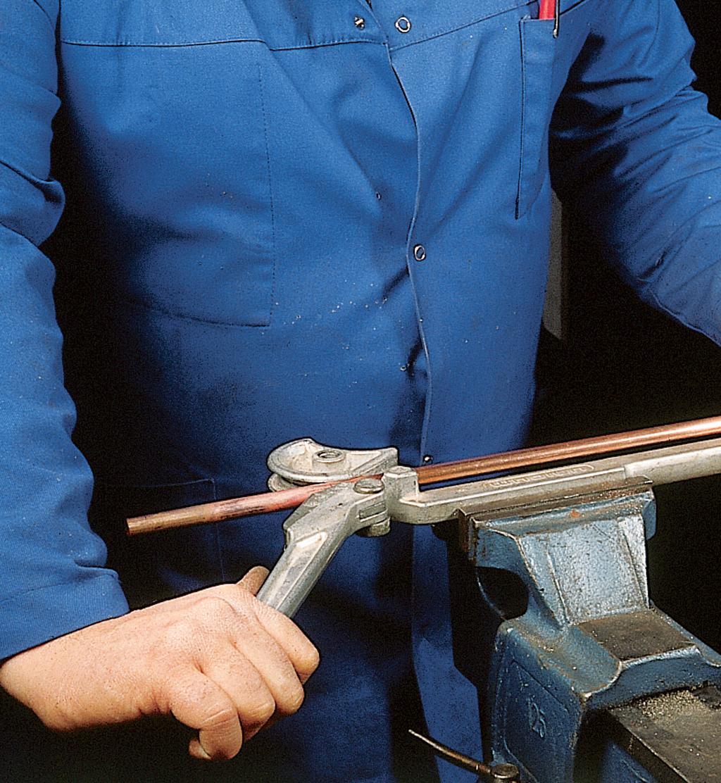Cintrage d'un tube en cuivre à la pince à cintrer