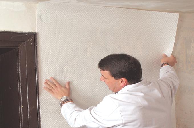 Poser de la fibre de verre sur un mur