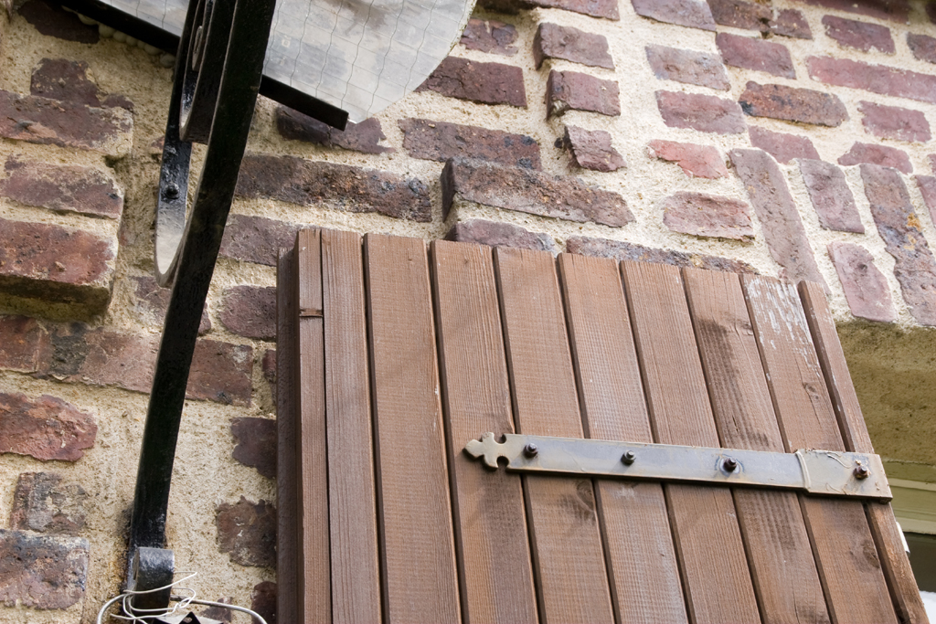 Renover des meubles en teck et des volets :
