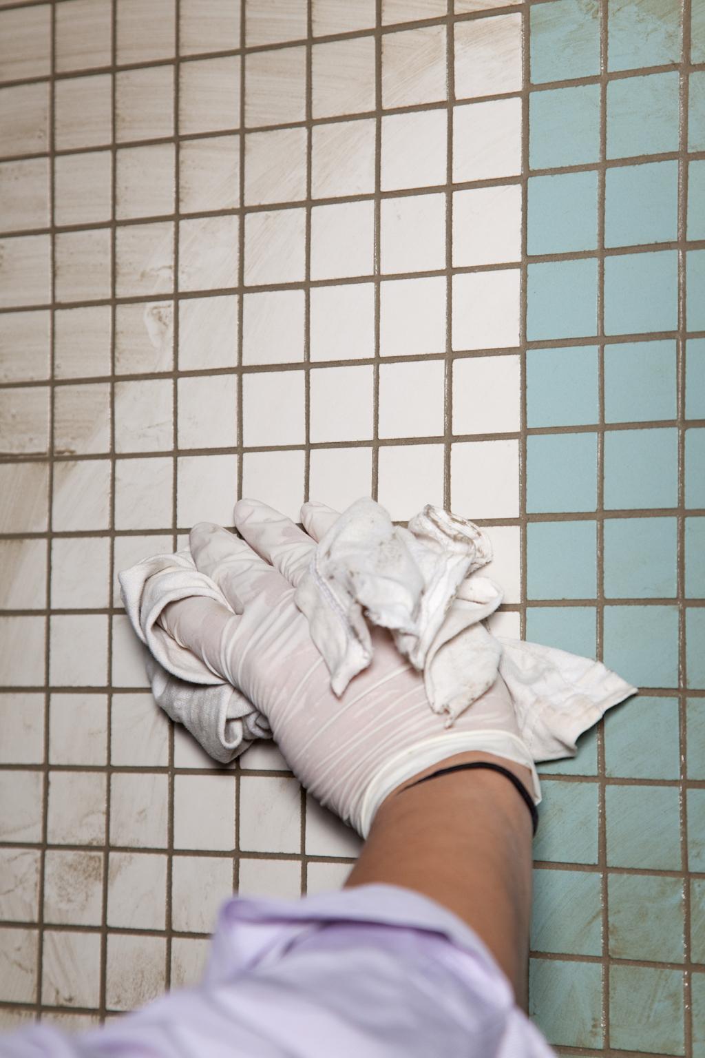 Poser de la mosaique dans une salle de bain