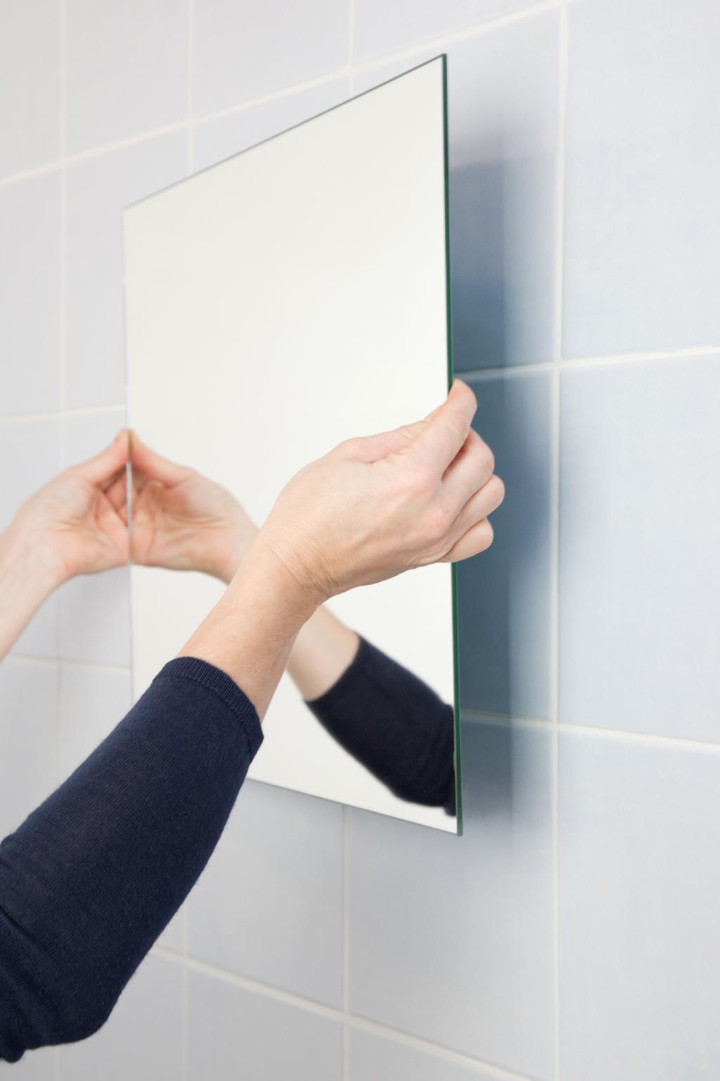 coller un miroir au mur diy family
