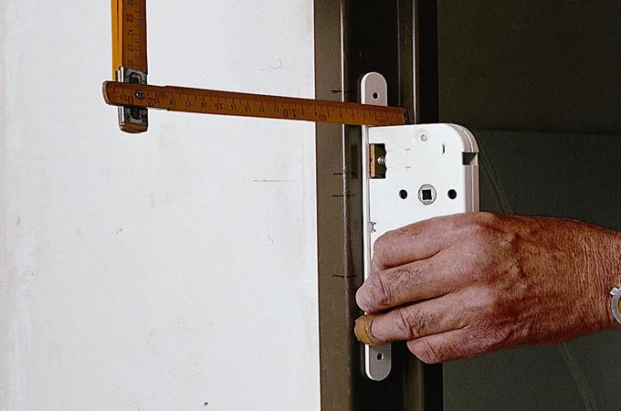 Poser une serrure dans une porte