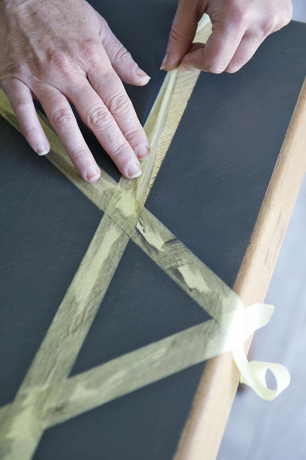 Peindre une table avec effet pochoirs