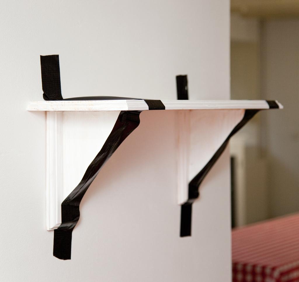 Fixer une étagère au mur avec la colle