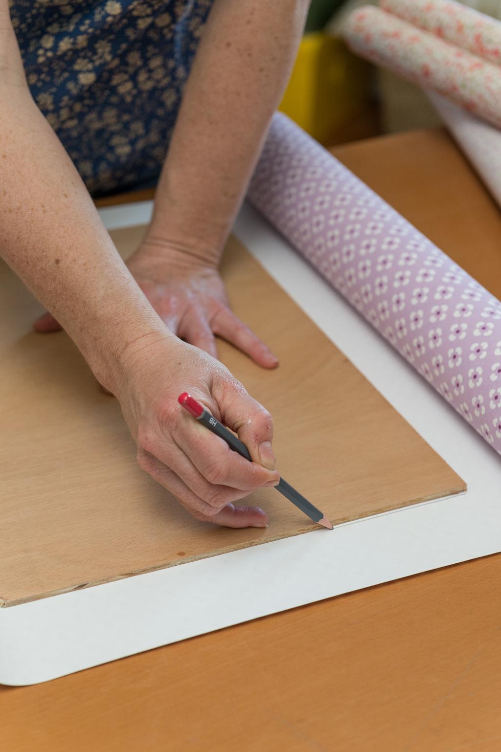 Fabriquer des sets de table avec des chutes de papier peint