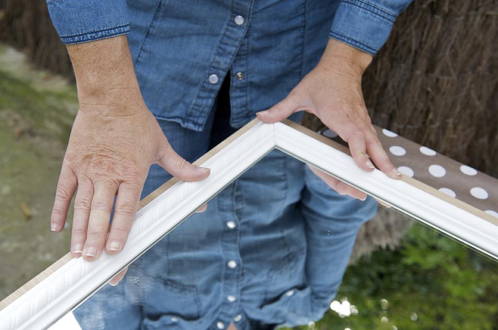 Installer un miroir sur une porte de placard diy family - Decorer une porte d interieur ...