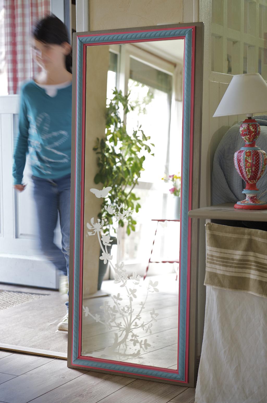 installer un miroir sur une porte de placard diy family. Black Bedroom Furniture Sets. Home Design Ideas