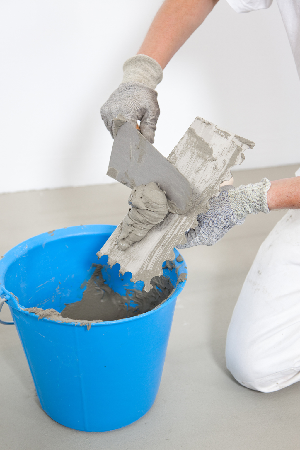 Poser du carrelage au sol avec une colle fluide