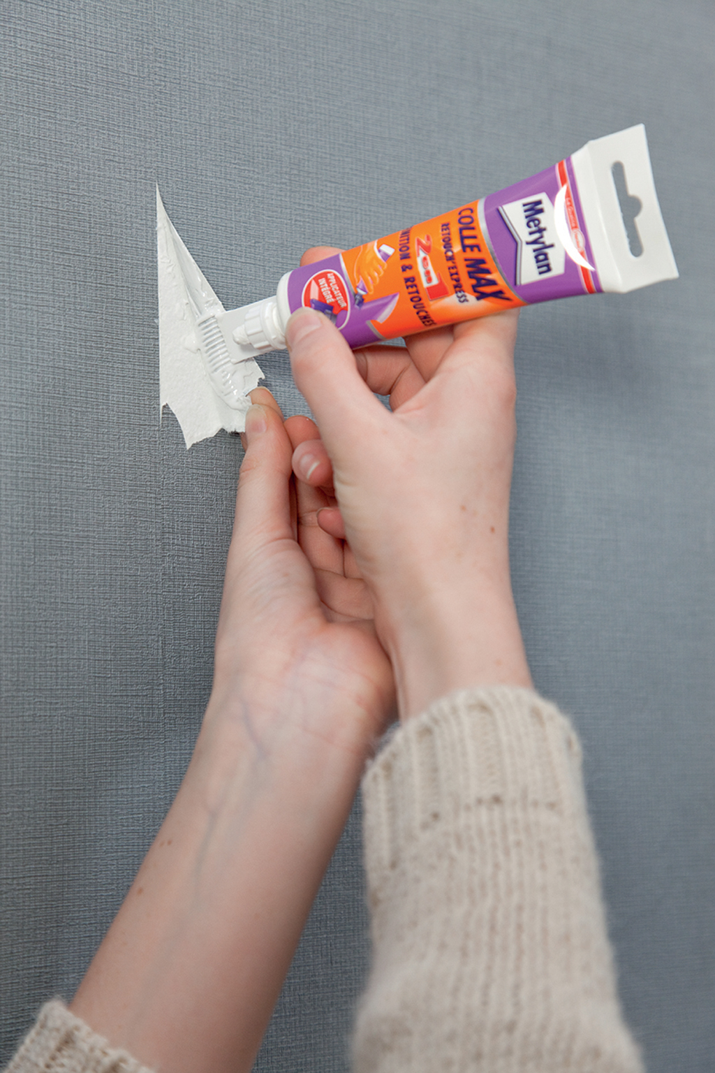 Réparer une déchirure sur du papier peint