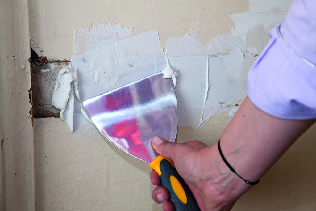 Combler les fissures d'un mur