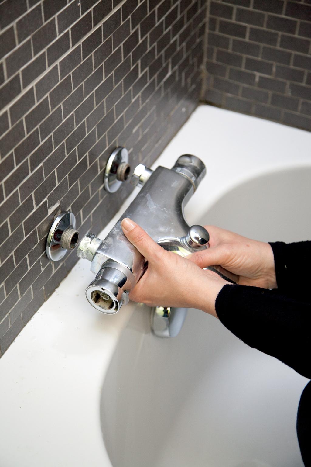 Fixer le robinet d'une baignoire sur un mur