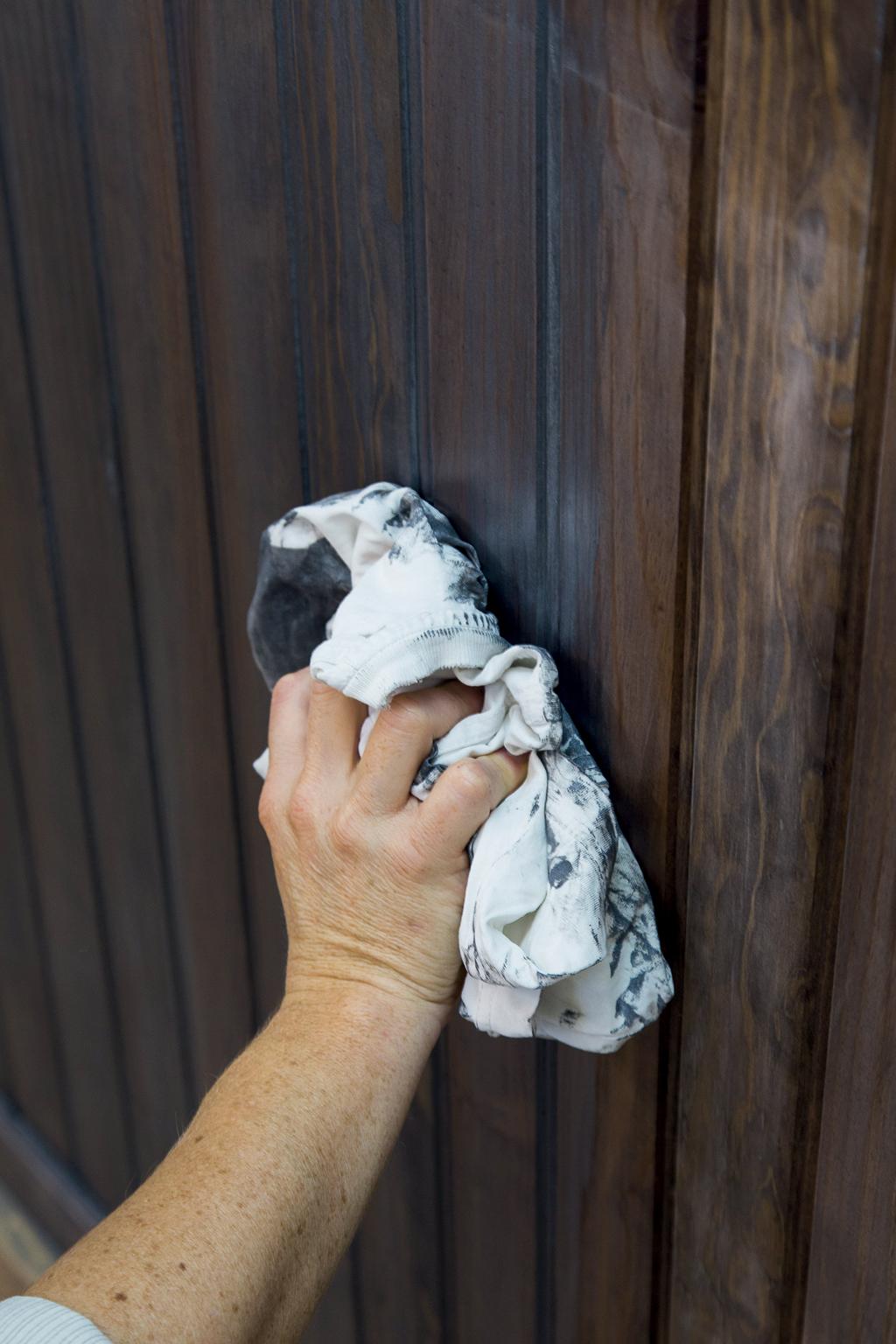 Peindre un lambris avec un effet métal