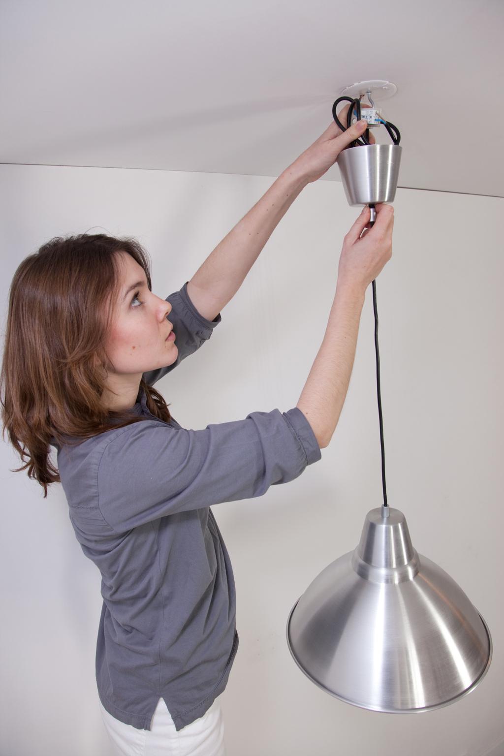 Installez la suspension dans le crochet en attente au plafond.