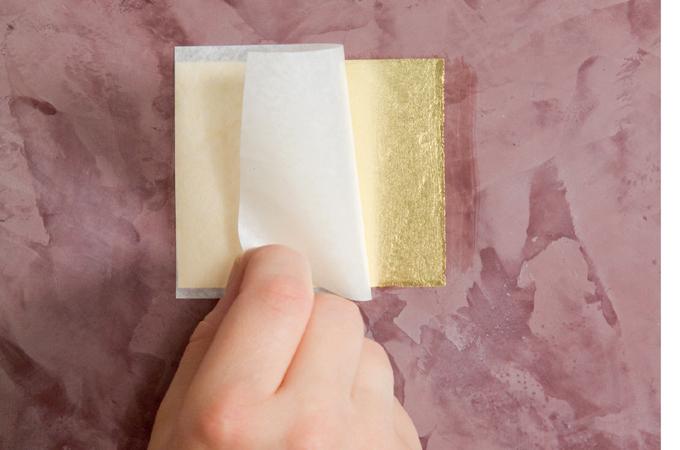 Appliquer des feuilles d'or sur un mur