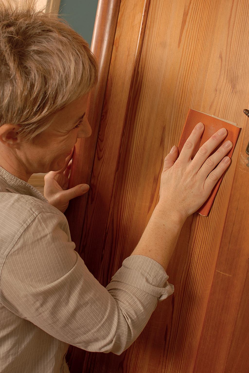 Comment Customiser Une Armoire relooker une vieille armoire avec du papier peint | diy family