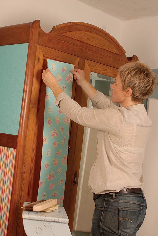 Relooker une vieille armoire avec du papier peint :