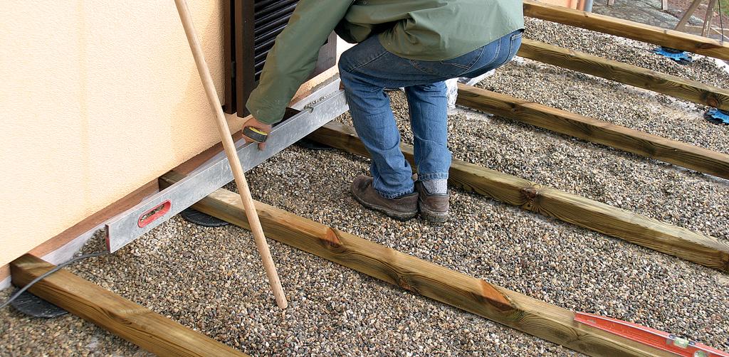 Poser une terrasse en bois : poser les lambourdes