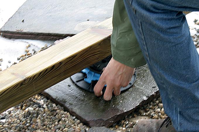 Poser une terrasse en bois : combler les creux