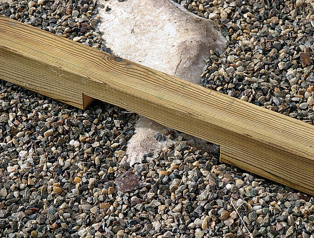 Poser une terrasse en bois : vérifier l'horizontalité