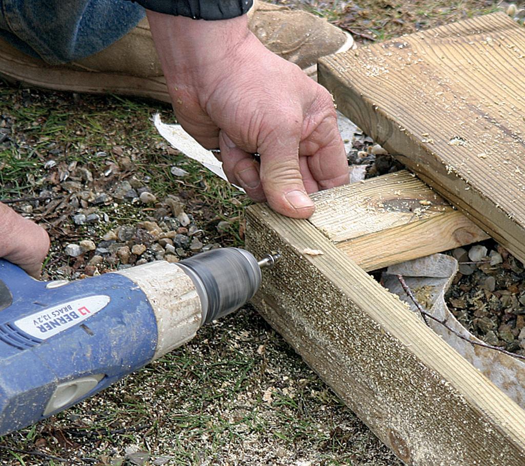 Poser Des Plinthes Bois poser les plinthes de finition d'une terrasse en bois | diy