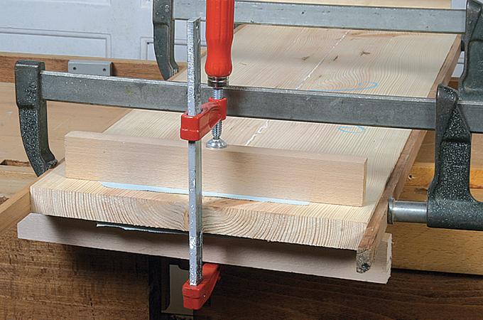 Coller et serrer un panneau en bois