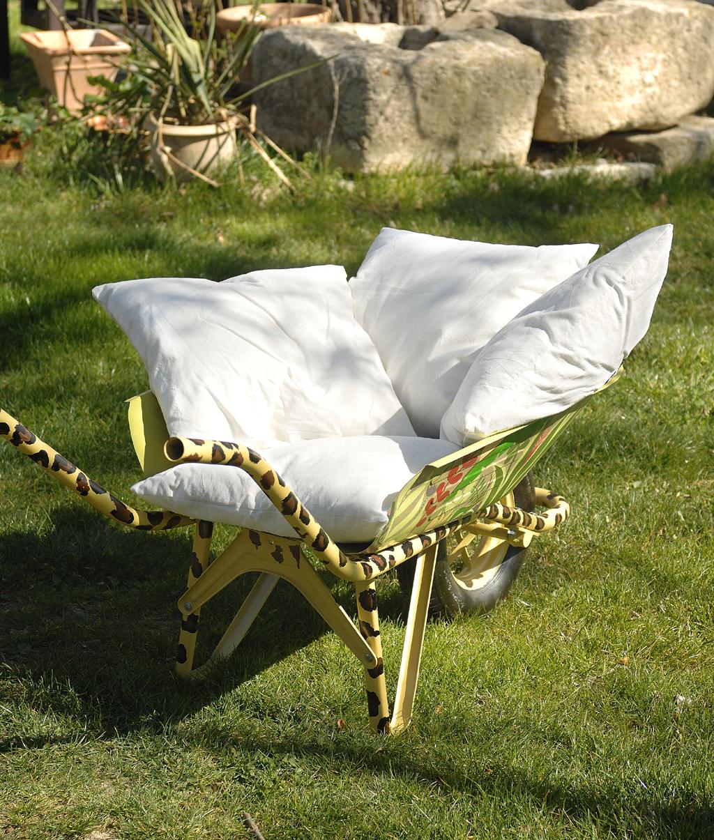 Transformer une brouette en fauteuil :