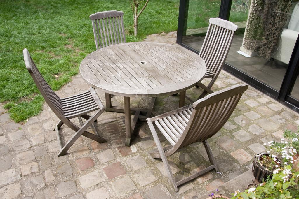 Rénover des meubles en teck et des volets