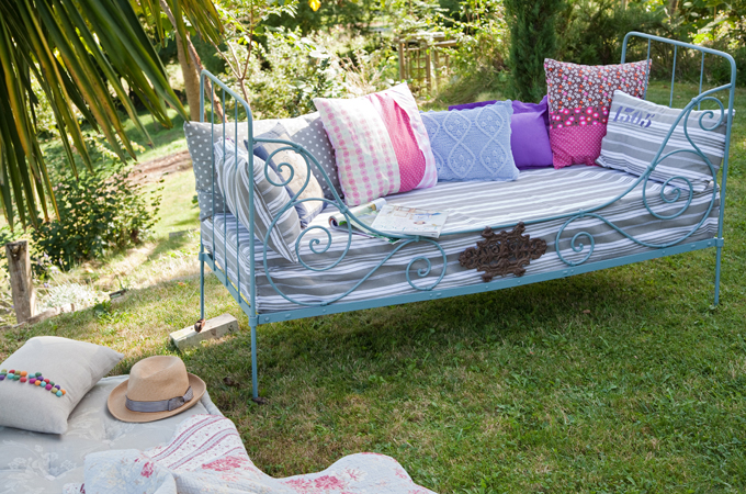 Transformer un lit en fer forgé en canapé d'extérieur