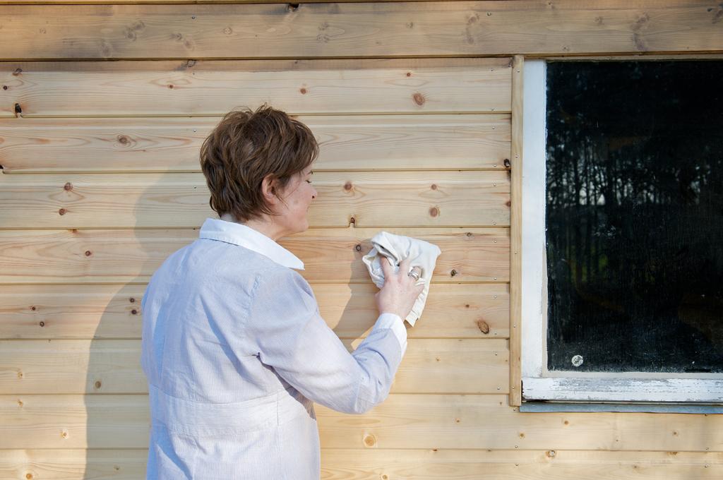 Lasurer une cabane de jardin en bois