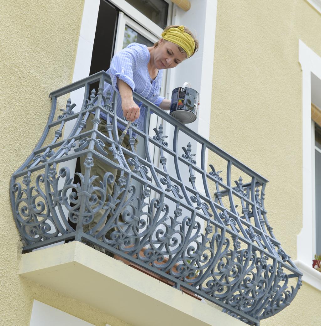 Repeindre la rambarde d'un balcon