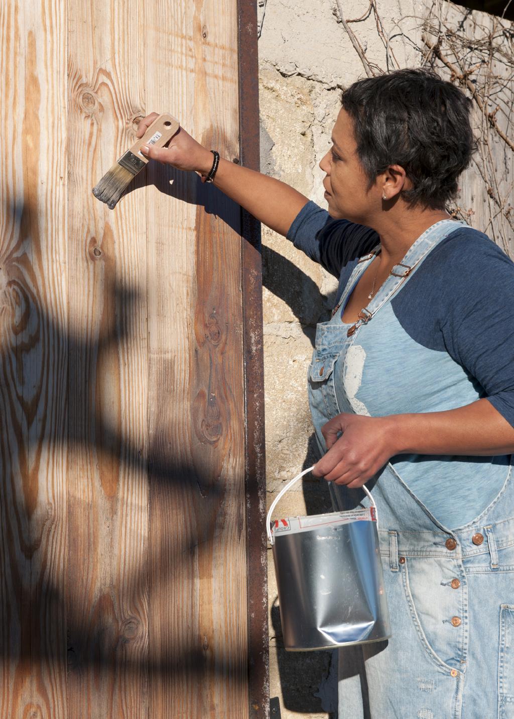 Traiter et peindre une porte de garage coulissante